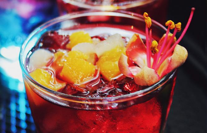 8 bares de copas en Barcelona donde vivir «una noche loca»
