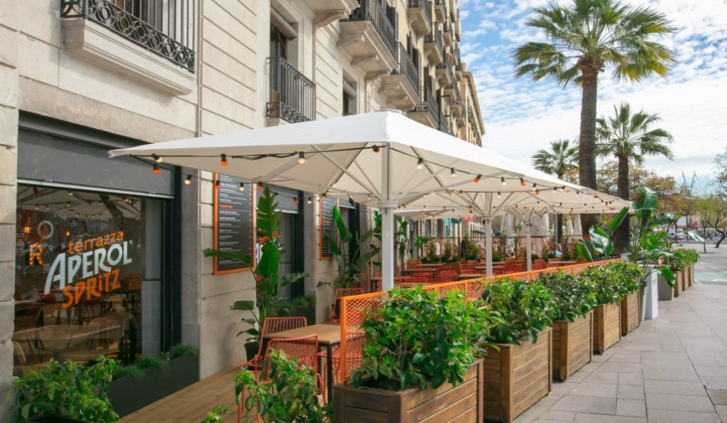Abre en la Barceloneta la terraza para los amantes del Aperol Spritz