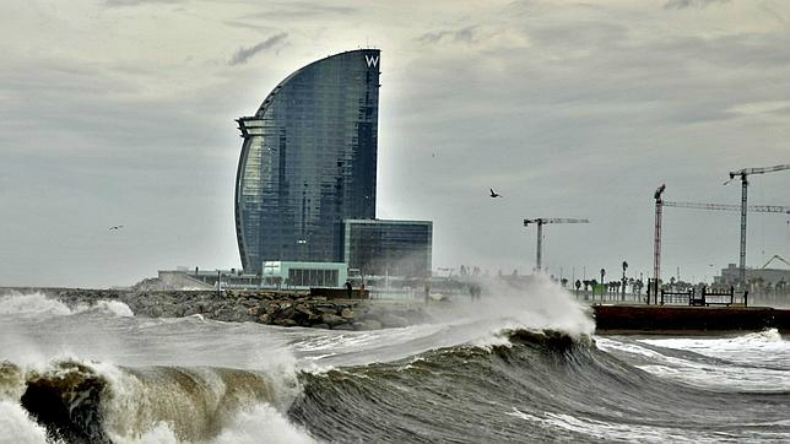 El oleaje deja sin arena las playas de Barcelona