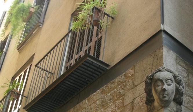 ¿Qué significan las «carassas» de las esquinas de Barcelona?