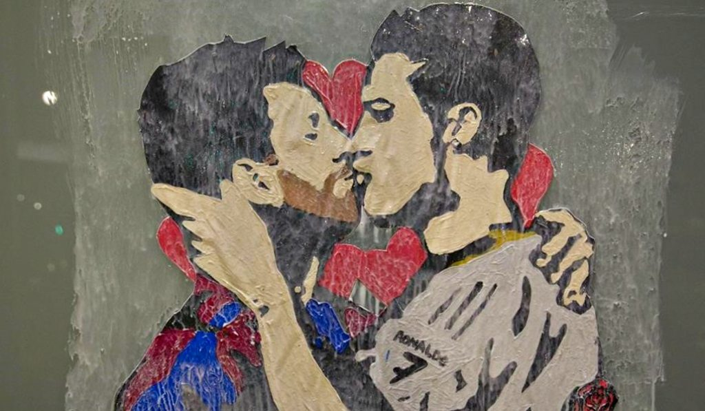 Messi y Ronaldo más unidos que nunca en el nuevo graffiti del Paseo de Gràcia