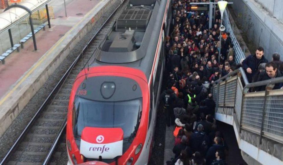 Primeras aglomeraciones por los paros de la huelga de metro en Barcelona
