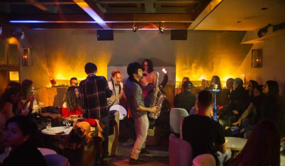 ¡Tócala otra vez, Sam! 5 locales donde combinar gastronomía con espectáculo en Barcelona