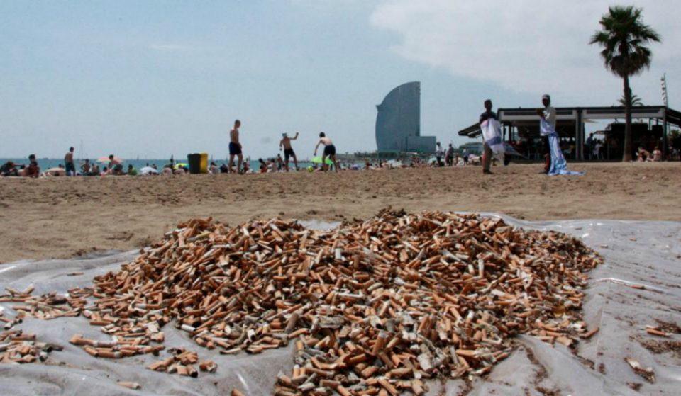 Miles de colillas forman «La montaña de la vergüenza» en La Barceloneta