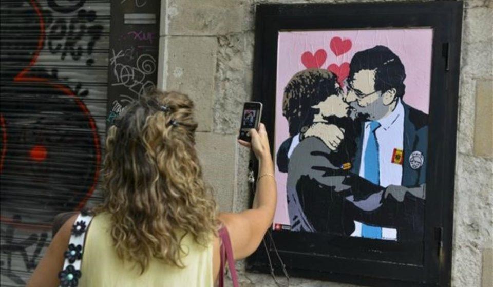 Rajoy y Puigdemont se besan en la Plaça de Sant Jaume