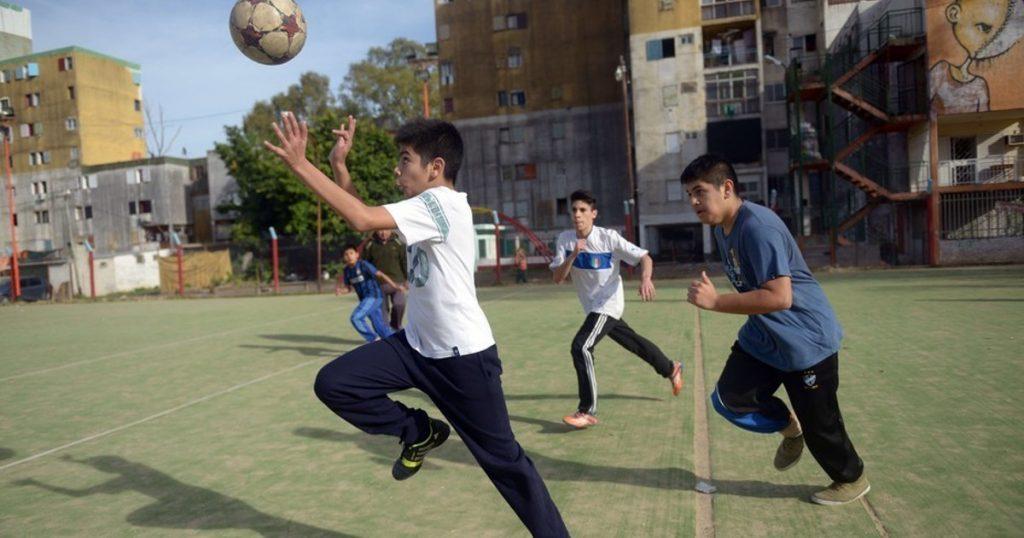 Barcelona quiere retirar los carteles de «prohibido jugar a la pelota»