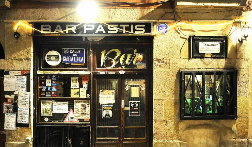 Uno de los bares más míticos de Barcelona te necesita para no cerrar
