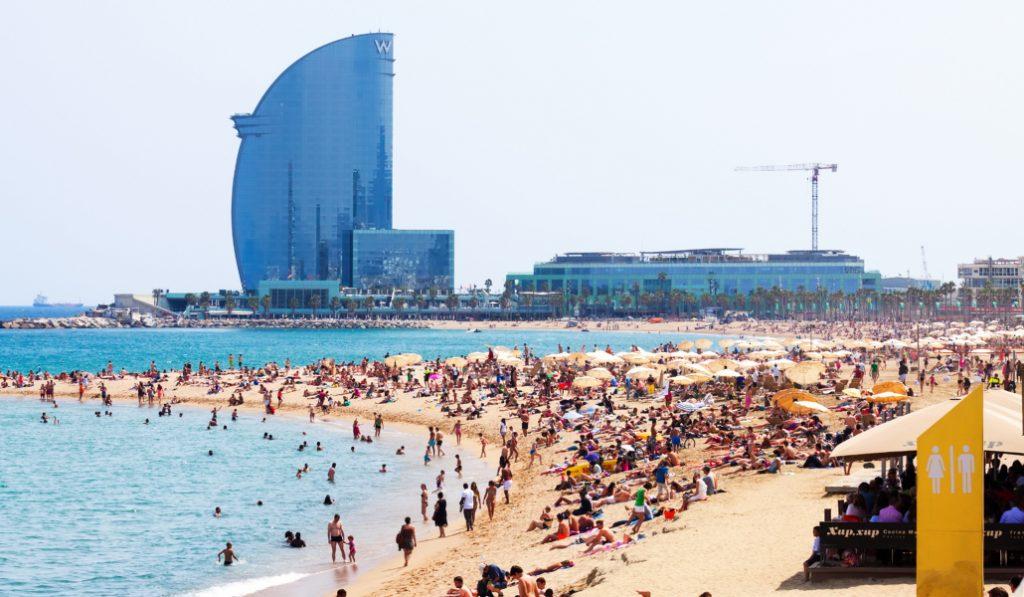 Las playas de Barcelona cada vez tienen menos banderas azules