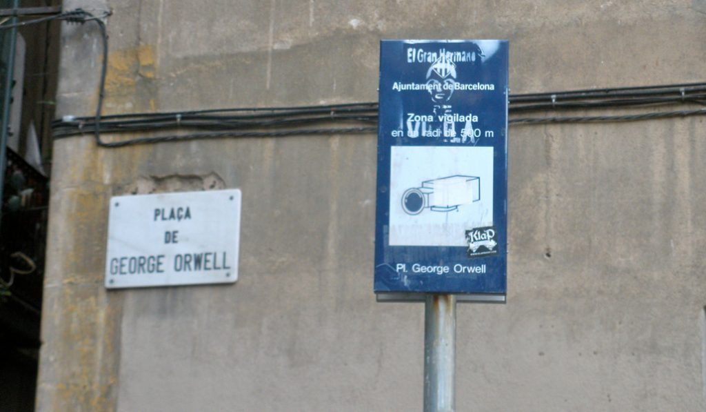 La brutal ironía de la Plaza Orwell de Barcelona