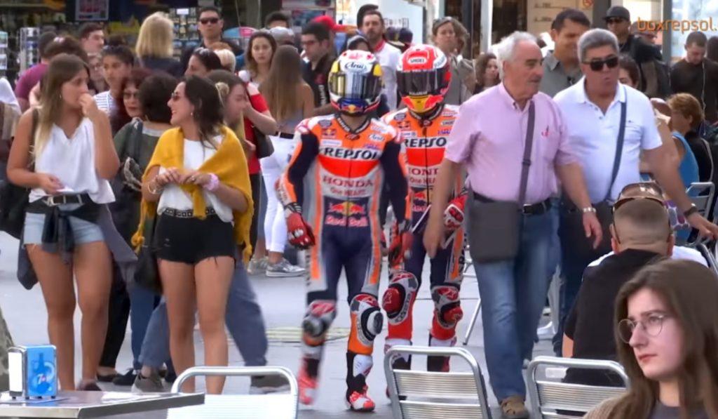 Marc Márquez y Pedrosa andando por Barcelona cual vecino de l'Eixample