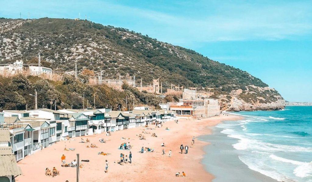 Es una de las mejores playas de Cataluña y se puede llegar en transporte público