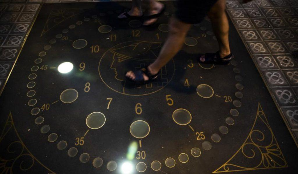 Barcelona recupera el reloj luminoso de 1935 de Vía Laietana
