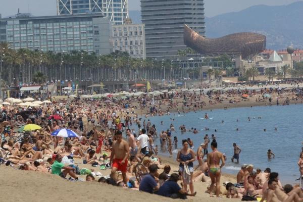 playas-barcelona-saturada