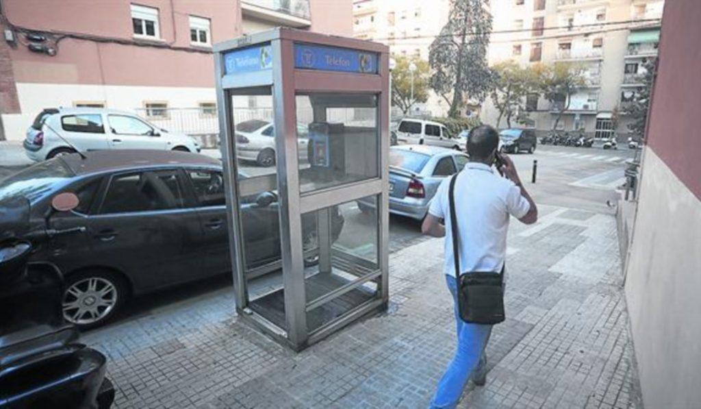 Esta es la última cabina telefónica de Barcelona
