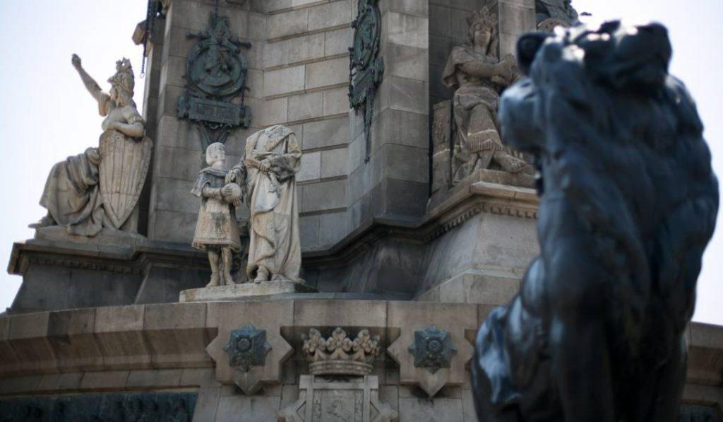 Le devuelven la cabeza a la estatua decapitada del monumento a Colón