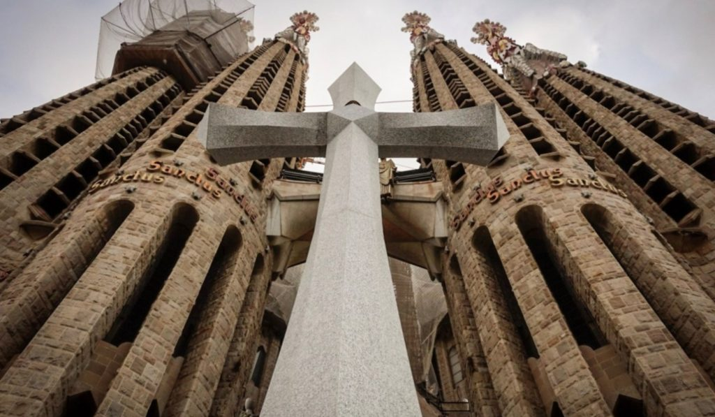 Han instalado una cruz de 18 toneladas en la Sagrada Familia