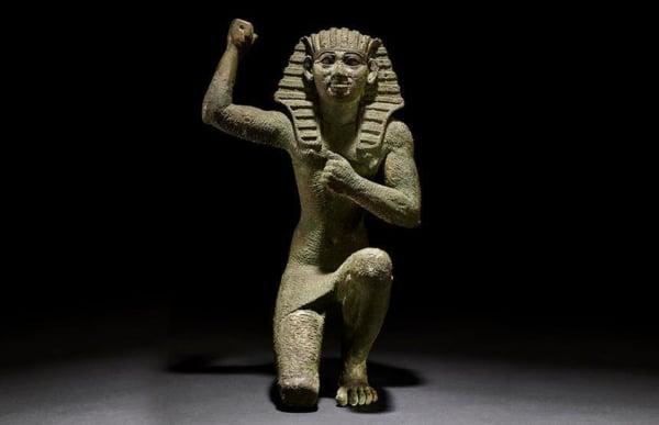 Faraon-figure of a king kneeling-carrusel-es