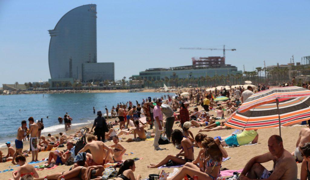Barcelona permitirá tomar el sol en la playa a partir de mañana