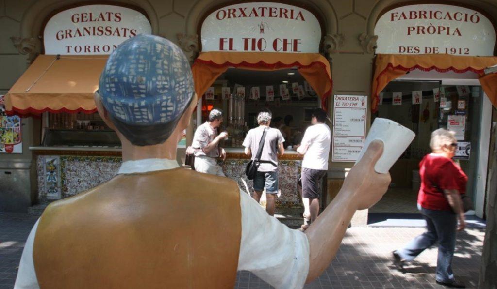 El Ayuntamiento retira el ninot centenario de esta mítica horchatería