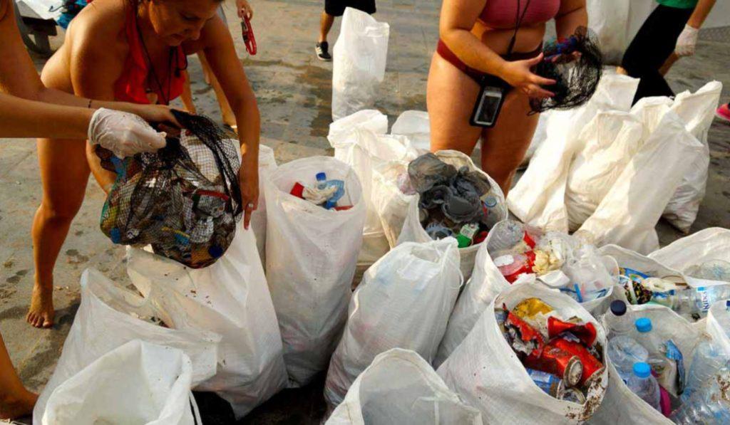 Mañana hay una quedada para limpiar de plásticos las playas barcelonesas