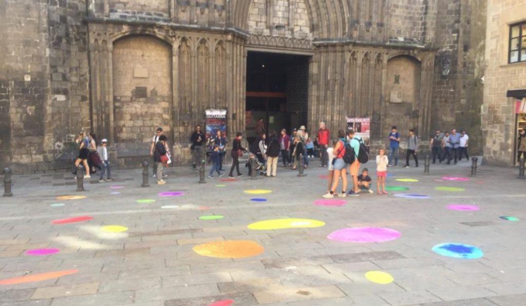 ¿Qué son las misteriosas manchas de pintura que han aparecido en el suelo de Barcelona?