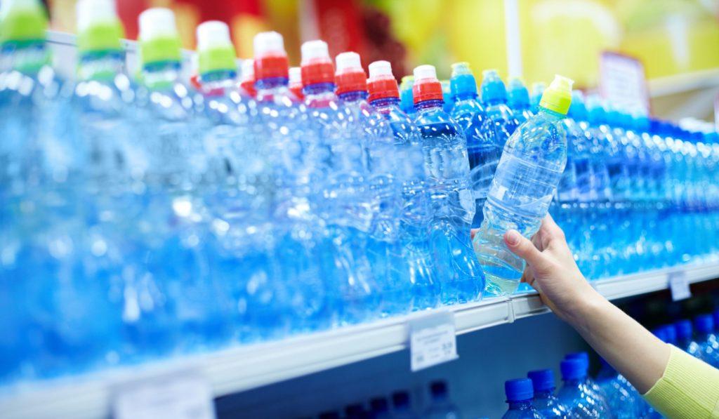 Este supermercado ha suprimido la venta de agua en botellas de plástico