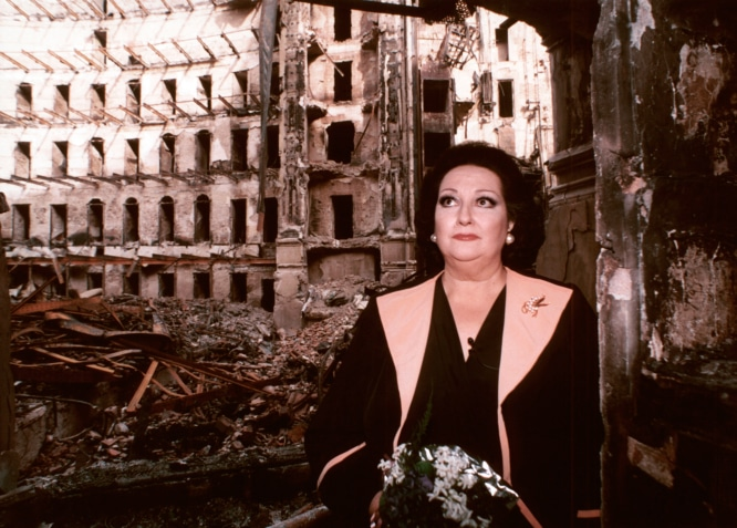 1994-Montserrat-Caballé-davant-les-ruïnes-del-Liceu-EFE-palau-robert-paseo-de-gracia