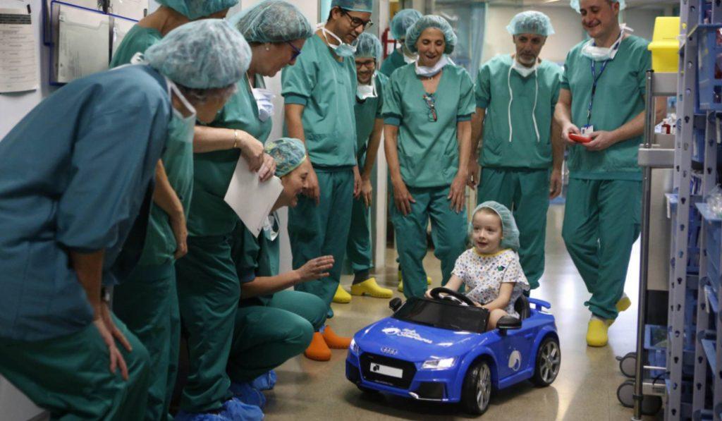 En un hospital de Sabadell, los niños entran al quirófano en un coche de juguete