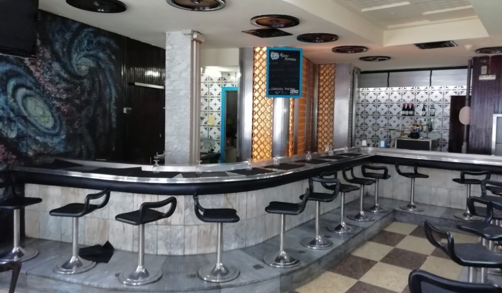 Cierra el Cosmos, uno de los bares más míticos de Barcelona