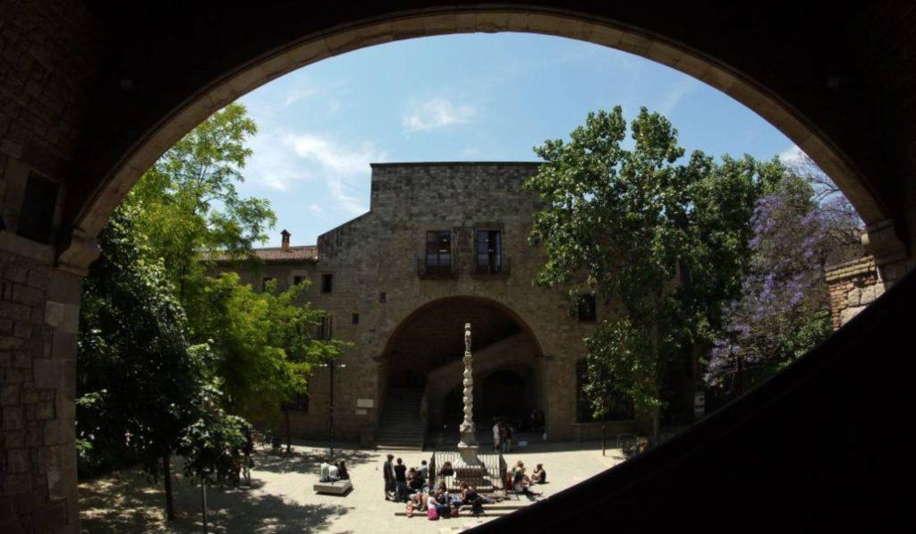 El claustro del Hospital de la Santa Creu, la calma en mitad del bullicio