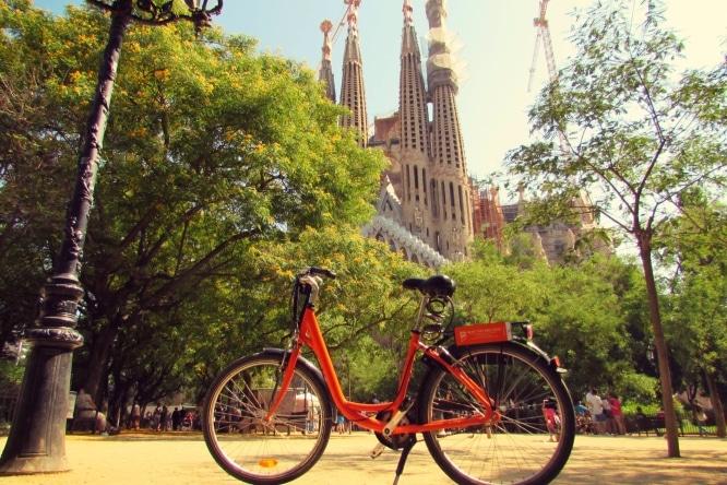 Donkey-Republic-rental-bike-at-La-Sagrada-Familia-in-Barcelona-2