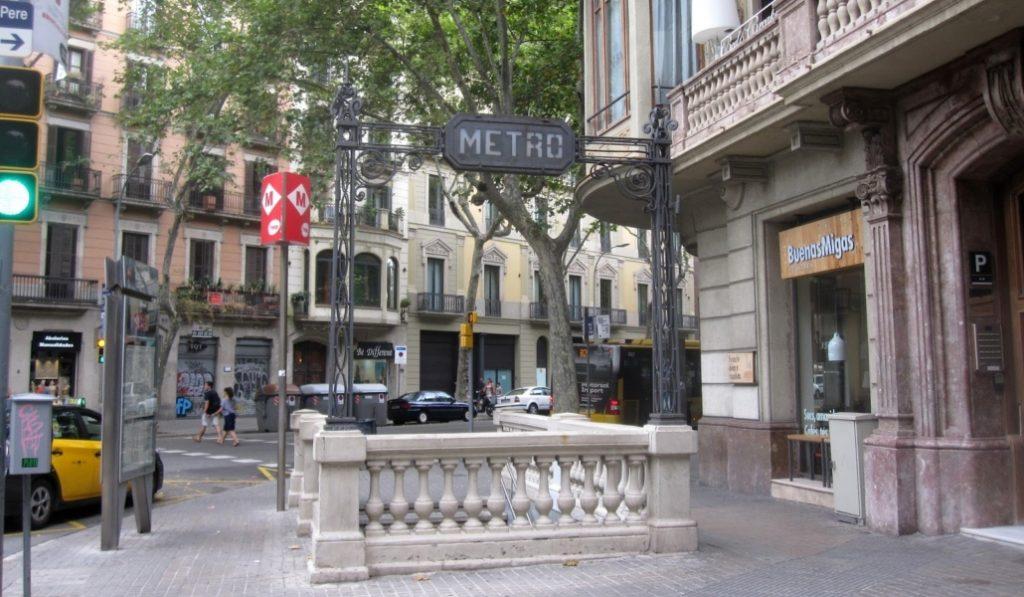La última boca de metro modernista subsiste en Urquinaona