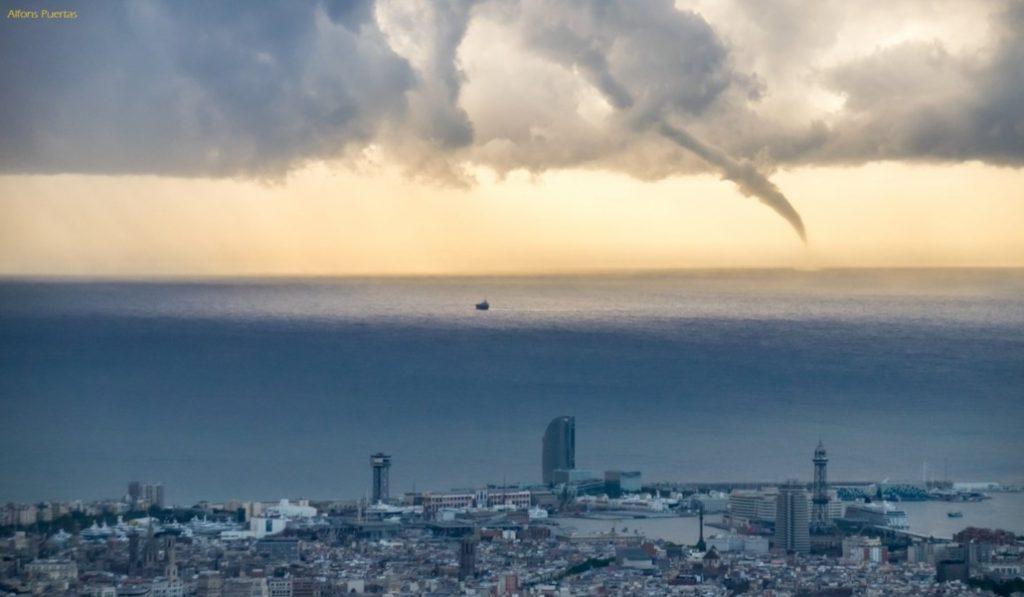 Avistado frente a Barcelona un torbellino de agua