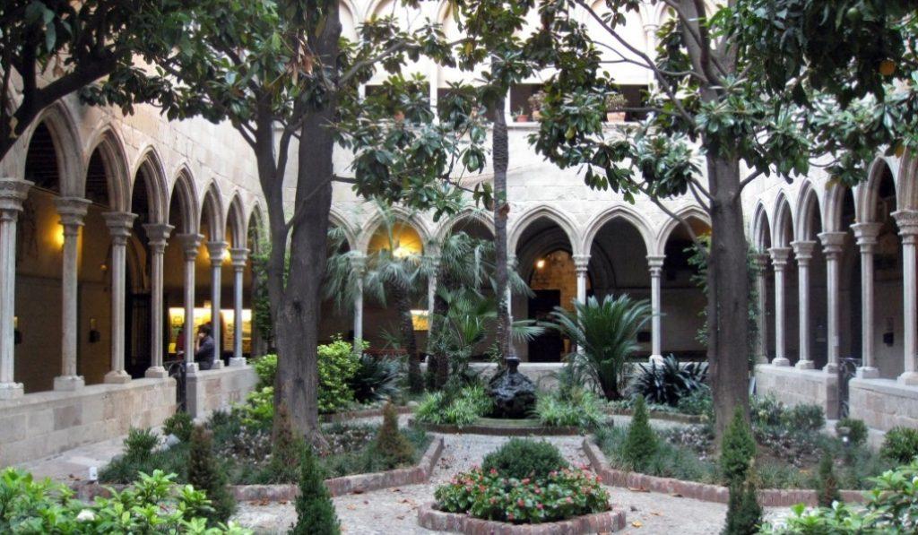 ¿Sabías que en medio de l'Eixample hay un claustro gótico?
