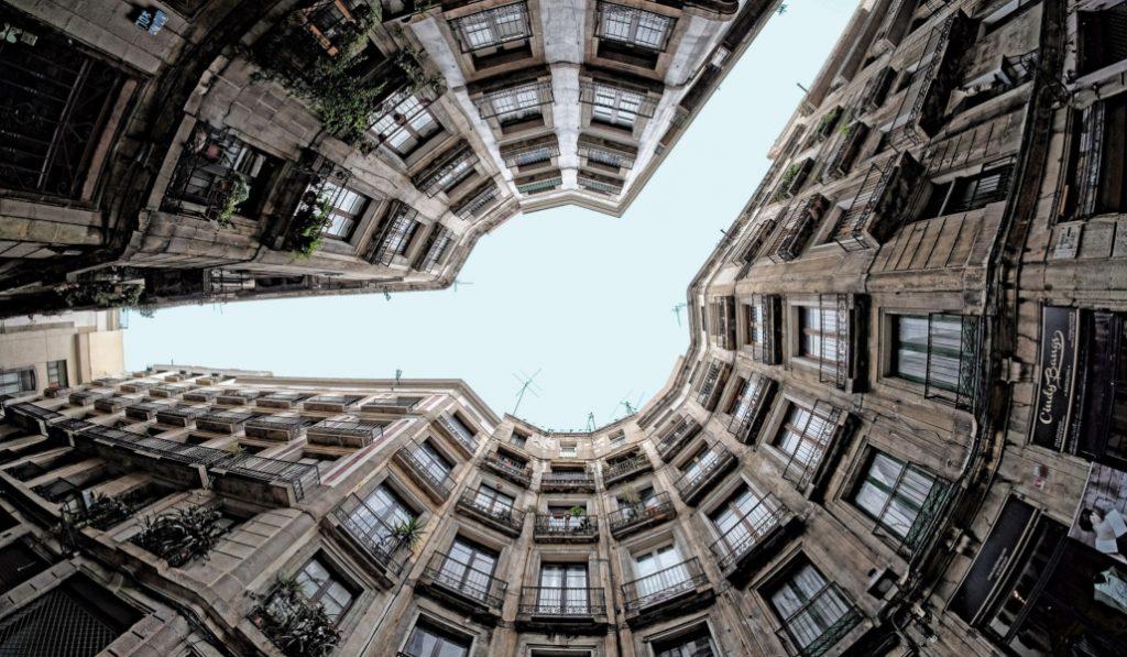 Carrer Milans, una de las calles más raras (y más fotografiadas) de Barcelona