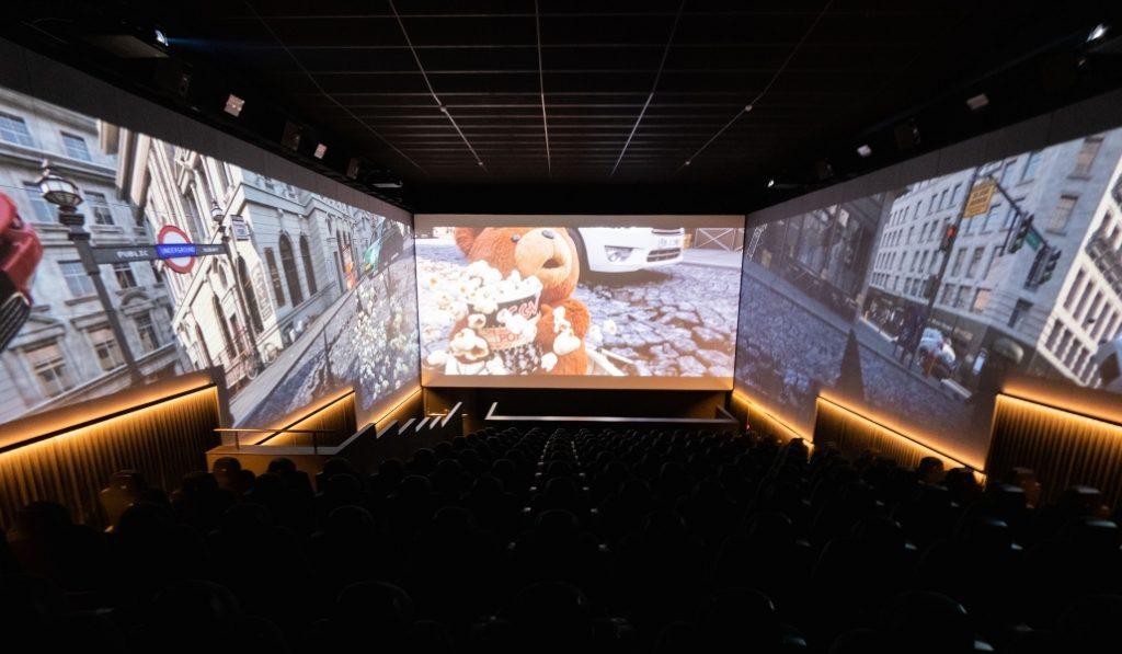 Este cine de BCN ha estrenado una sala con triple pantalla