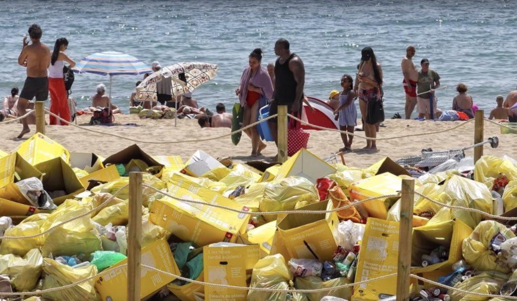 Barcelona amontona y expone la basura generada en San Juan