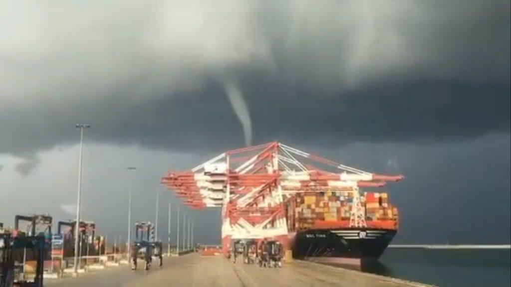 Un pequeño tornado causa desperfectos en el Puerto de Barcelona