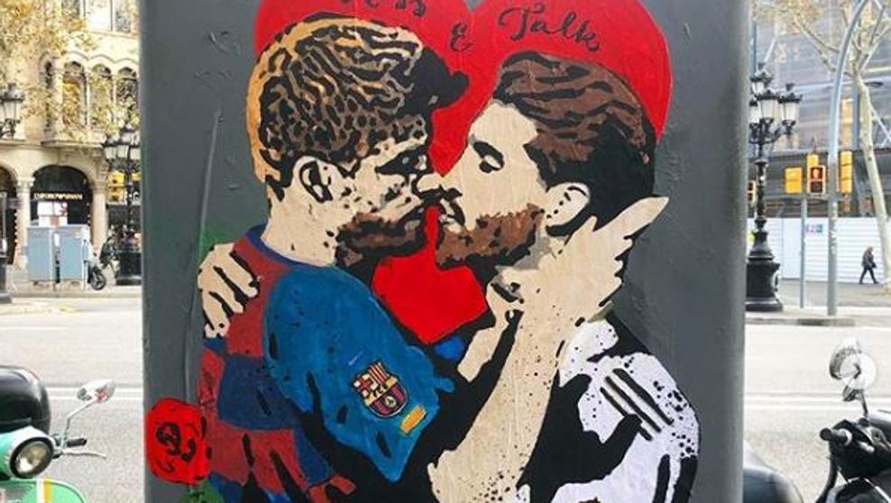 El beso entre Gerard Piqué y Sergio Ramos que adorna Barcelona
