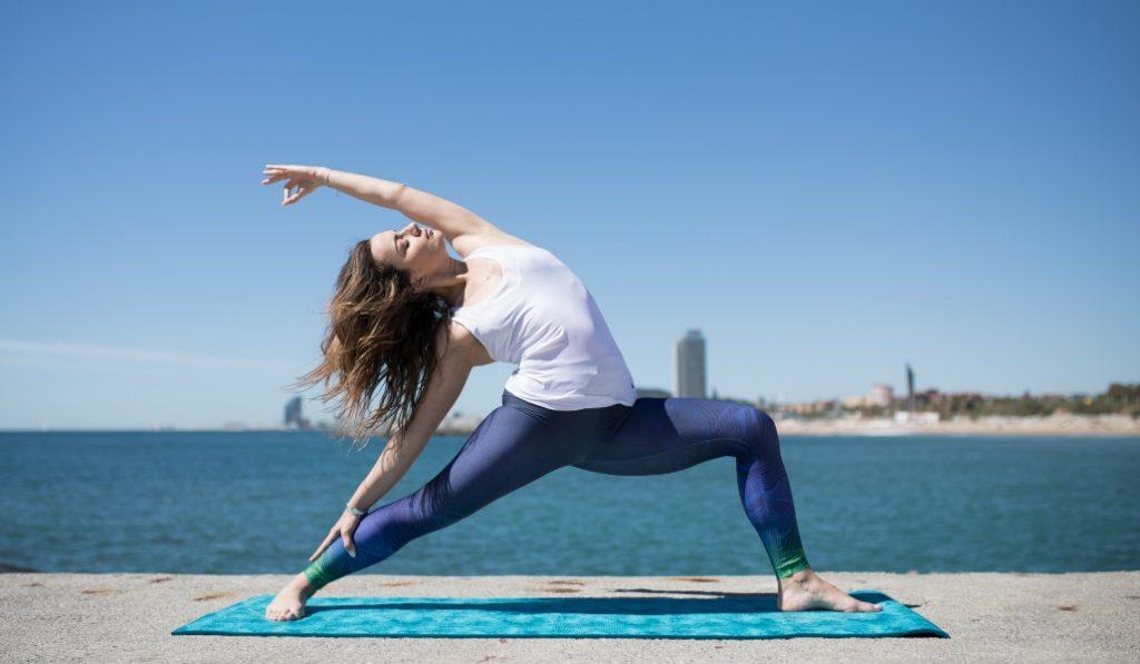 La sesión de yoga más espectacular desde una terraza con vistas al mar
