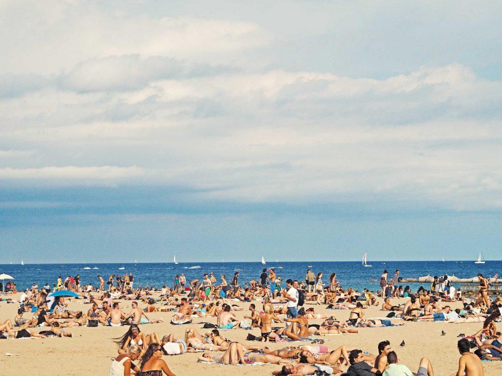 ¿Debería Catalunya prohibir el turismo de borrachera?