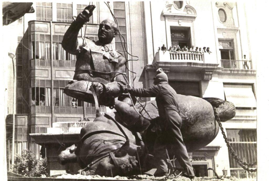 El artista Matteo Guidi organiza una exposición sobre las estatuas de Franco