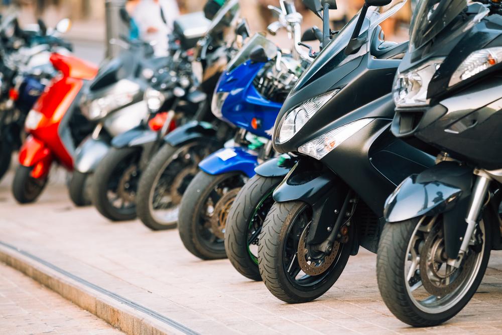 Así debes aparcar la moto en Barcelona para que no te multen
