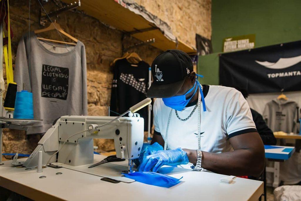 Manteros de Barcelona fabrican mascarillas y batas para los hospitales