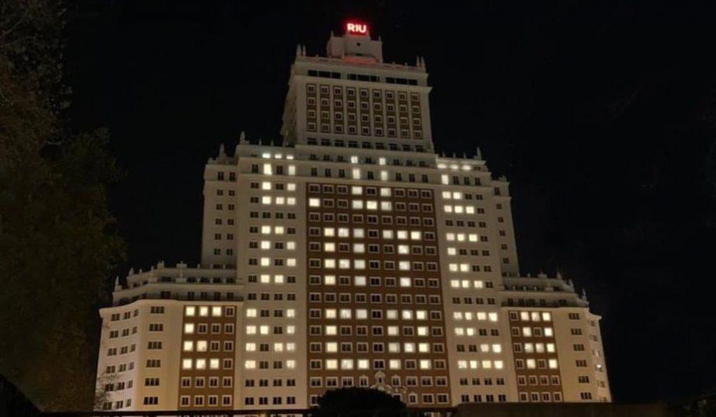 Así se ha iluminado este hotel para pedir que nos quedemos en casa