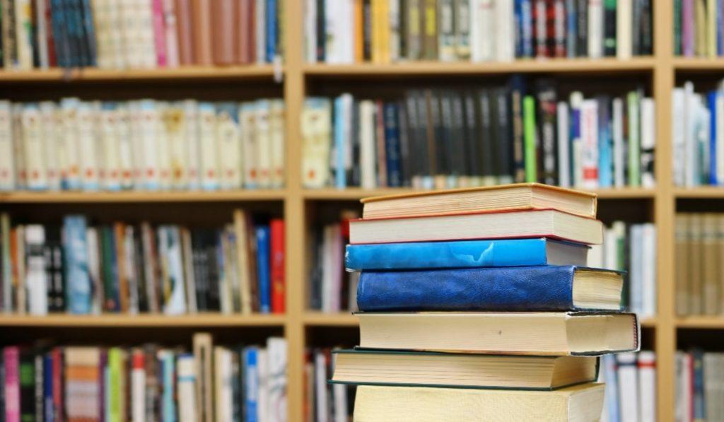 Este escritor catalán se ha convertido en el bibliotecario de sus vecinos