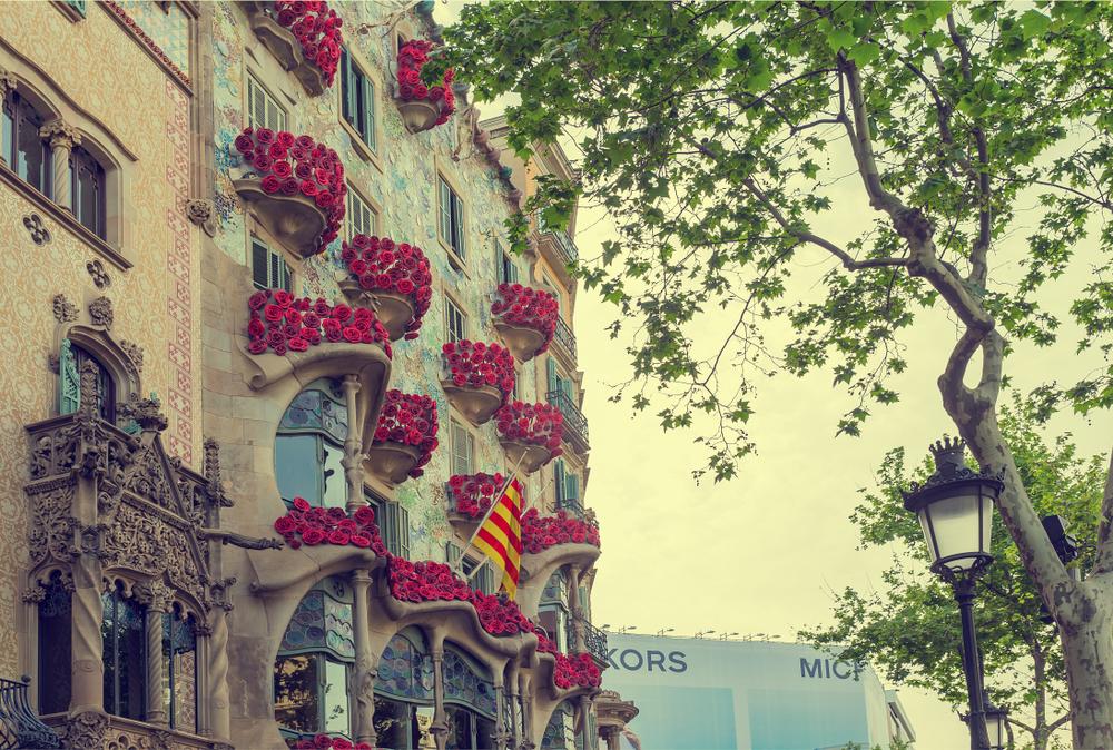 Casa Batlló promueve llenar todos los balcones de rosas por Sant Jordi