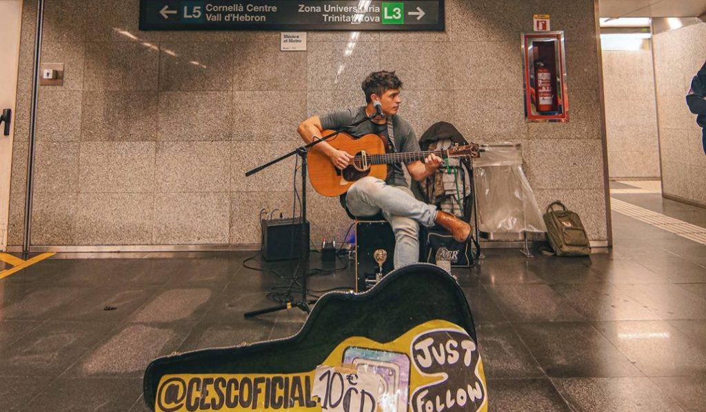 El músico del metro Cesc tocará en directo en el Instagram de 'Barcelona Secreta'