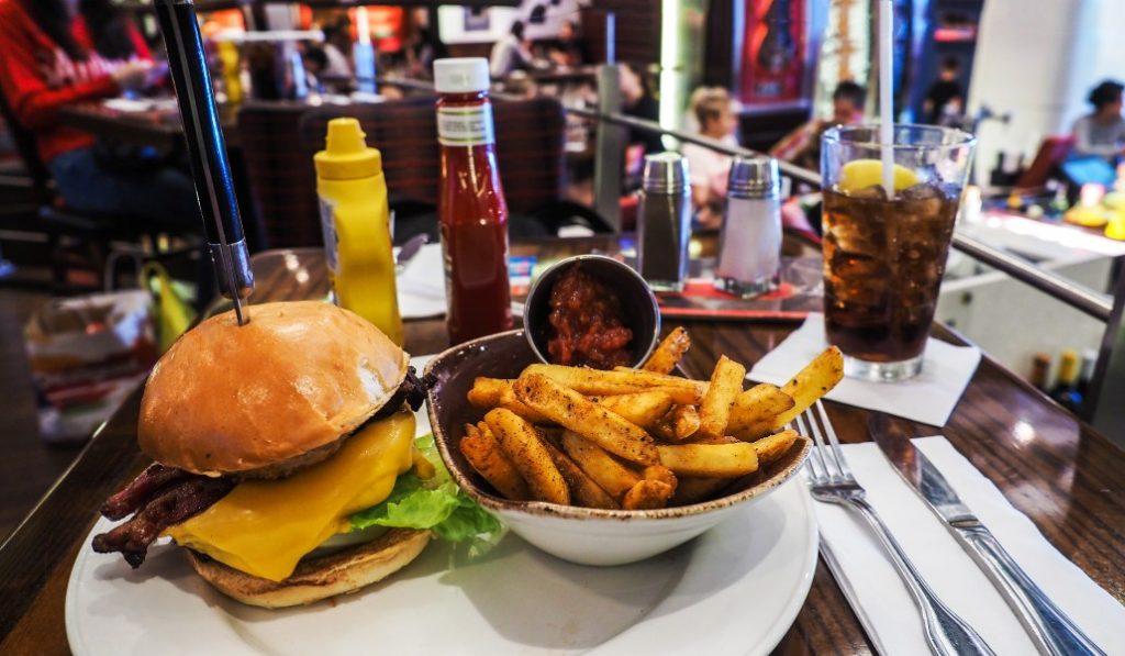 Hard Rock Café regala hamburguesas a los sanitarios de Barcelona