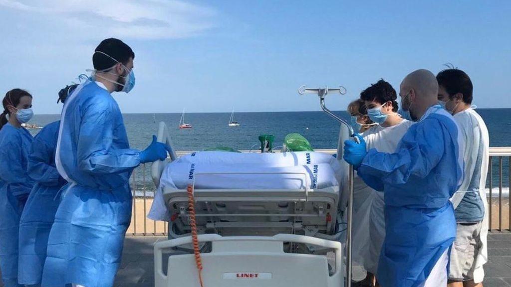 Un paciente recuperado de la UCI vuelve a ver el mar de Barcelona